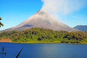 Arenal Vulkan und See, Costa Rica © Rob Cicchetti | 123RF.com